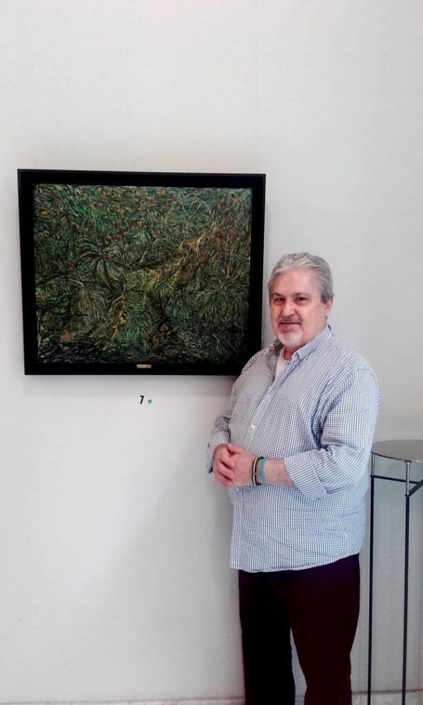 Carlos O. Jorge Glez. junto a su obra Entramado de helechos (68 x81)