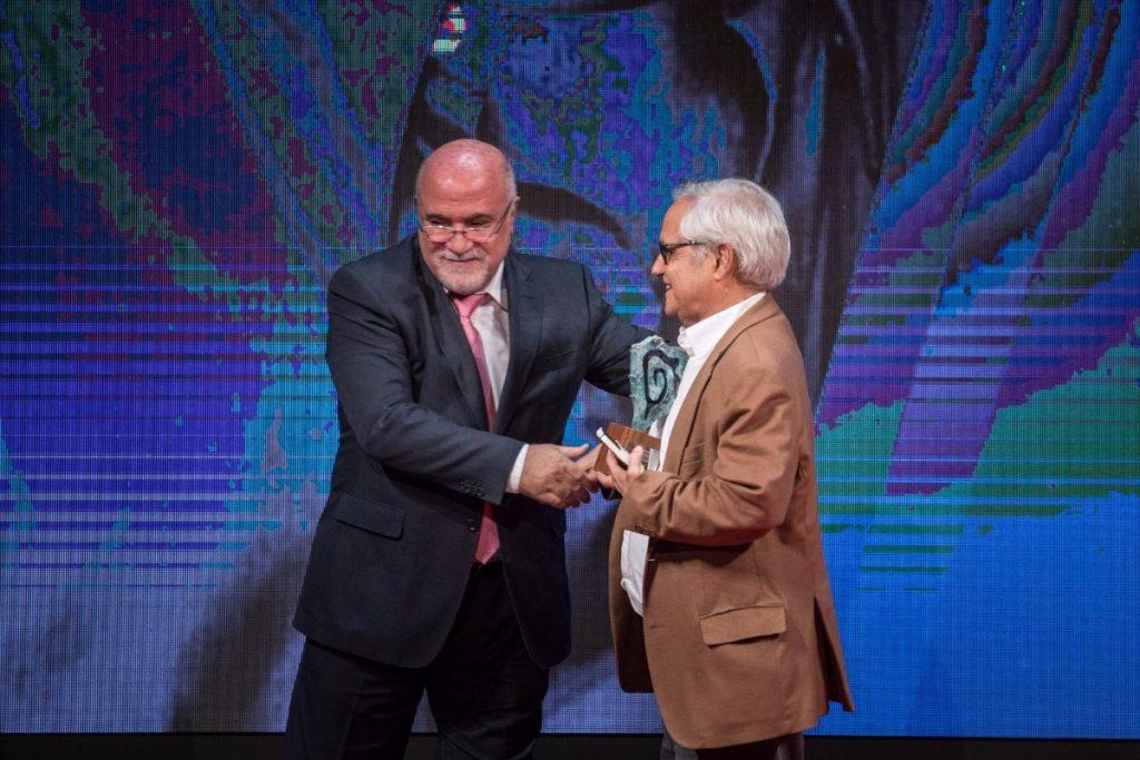 """Momento de entrega del """"Premio Taburiente"""" (Fundación del Diario de Avisos) al periodista Juan Cruz Ruíz, Octubre 2017"""
