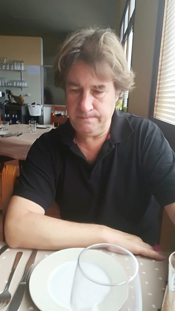 """Fran Belín, concentrado, a la espera de degustar la cocina indonesa en """"Casa Ángel"""" (Puerto de La Cruz) de la mano del cocinero Adrián Bruins"""