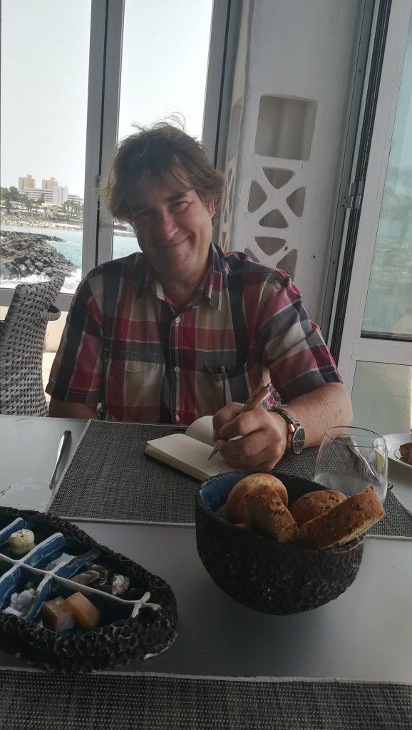 """Fran Belín González """"en acción"""", tomando apuntes en el Restaurante """"Las Rocas"""" (Adeje)"""