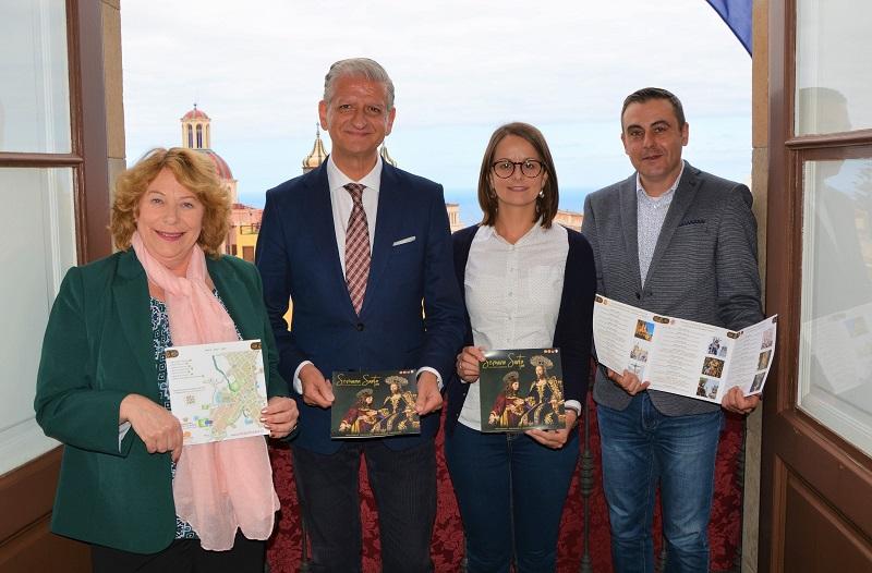 Alcalde y concejala con personal de la oficina de Turismo municipal