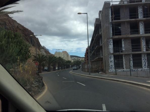 Cinco plantas de un bloque en construcción frente al mar. Podemos imaginarnos cómo quedará la calle una vez construyan otro edificio aún más alto junto al risco de detrás.