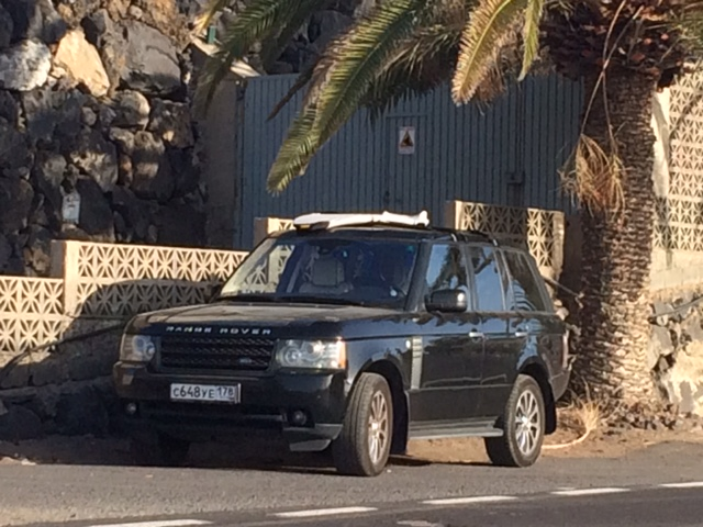 Un claro ejemplo de 'hippie surfero' en el Sur de Tenerife que no ha de gastar sino en bocadillos