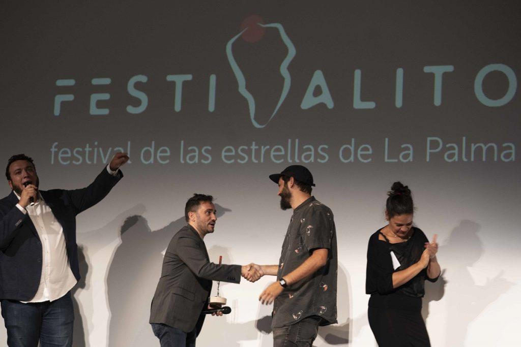 Juan Antonio Bayona entrega a Víctor Hubara Estrella _Gala Clausura_Festivalito XIV_foto Virginia Park