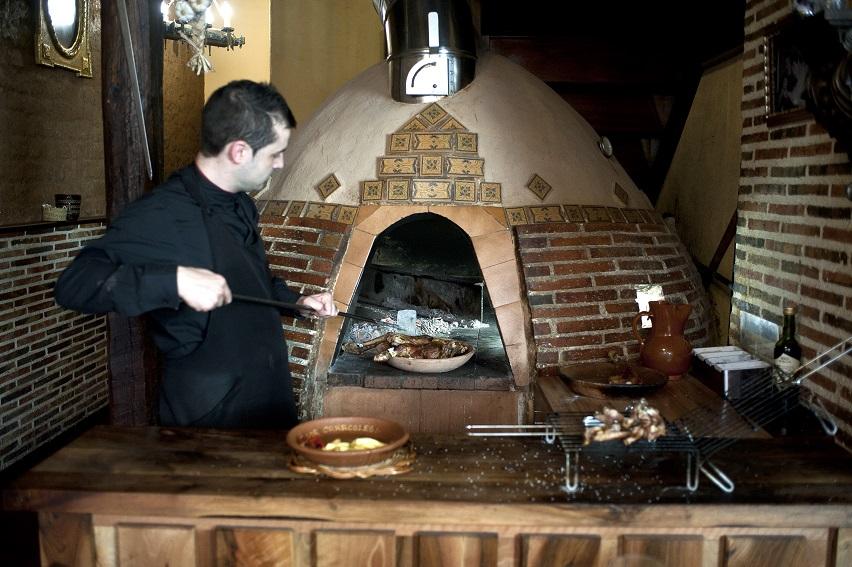 Lechazo asado en horno de leña y costillas_Restaurante Los caracoles_Lerma_Burgos_foto_ miguel angel munoz romero