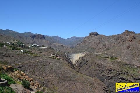 Altura de la pared de la presa atrae la vista desde lejos.