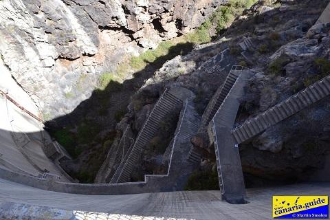 Escalera de acceso a la base de la pared de la presa. Es inaccesible para el público.